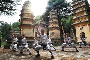 Шаолиньские монахи с посохом